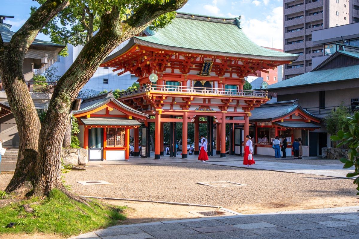 神戸の繁華街のすぐそばにある生田神社
