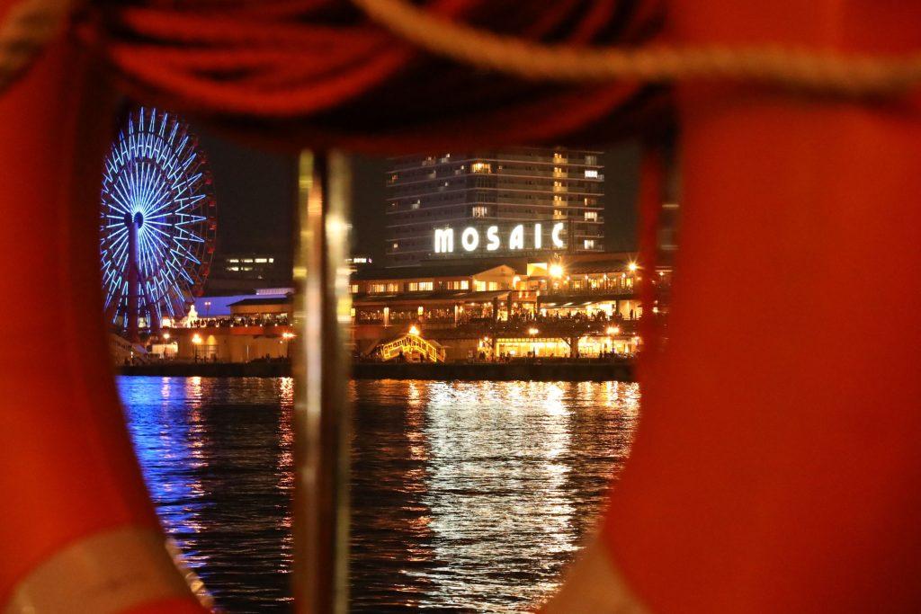 ハート型の窓から見る神戸モザイク