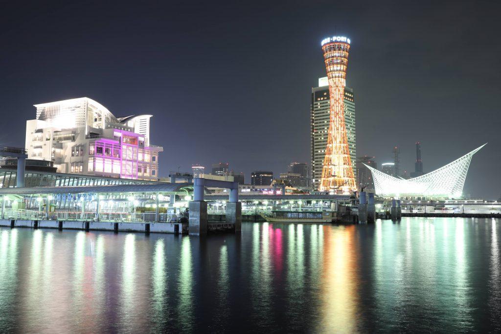 ポートタワーとノートルダム神戸(教会)と神戸港