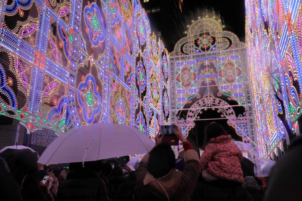 雨の中ルミナリエを楽しむ人たち