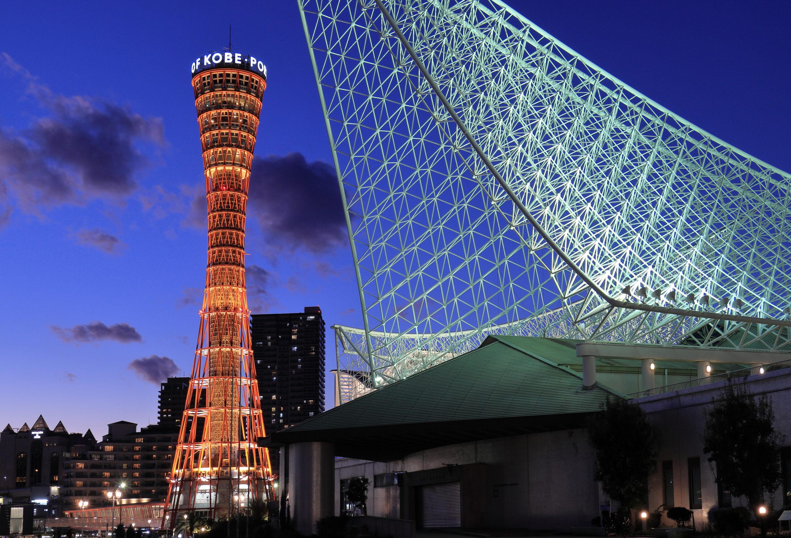 夜のライトアップされたポートタワーと神戸海洋博物館