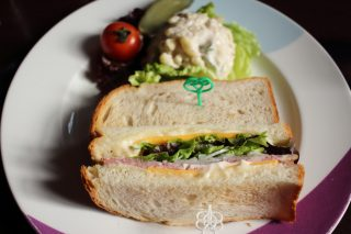 教会がカフェに ドイツパン・洋菓子の「フロインドリーブ」