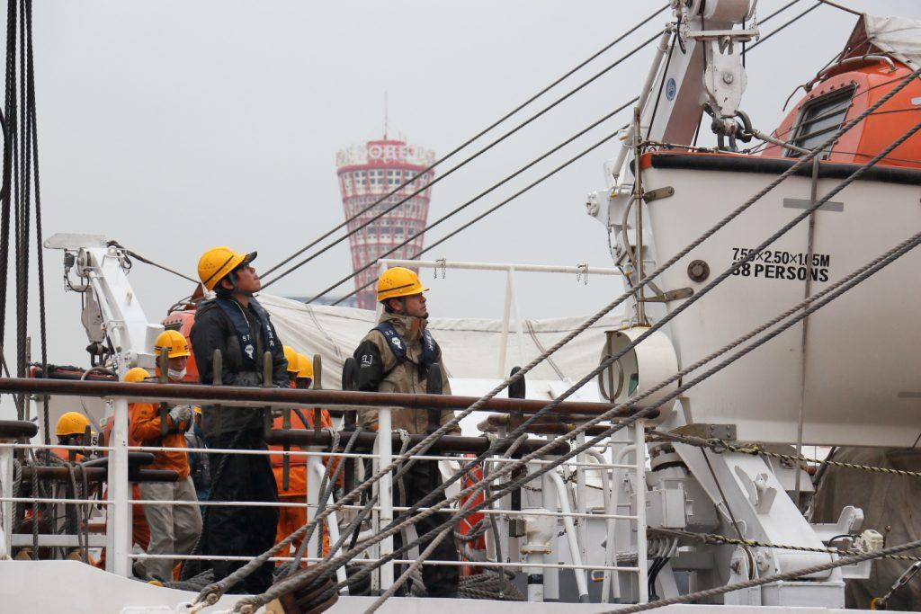 海王丸 神戸に入港 働く乗組員