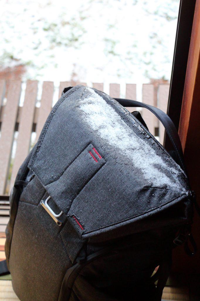 撥水素材 エブリデイバックパックに積もった雪