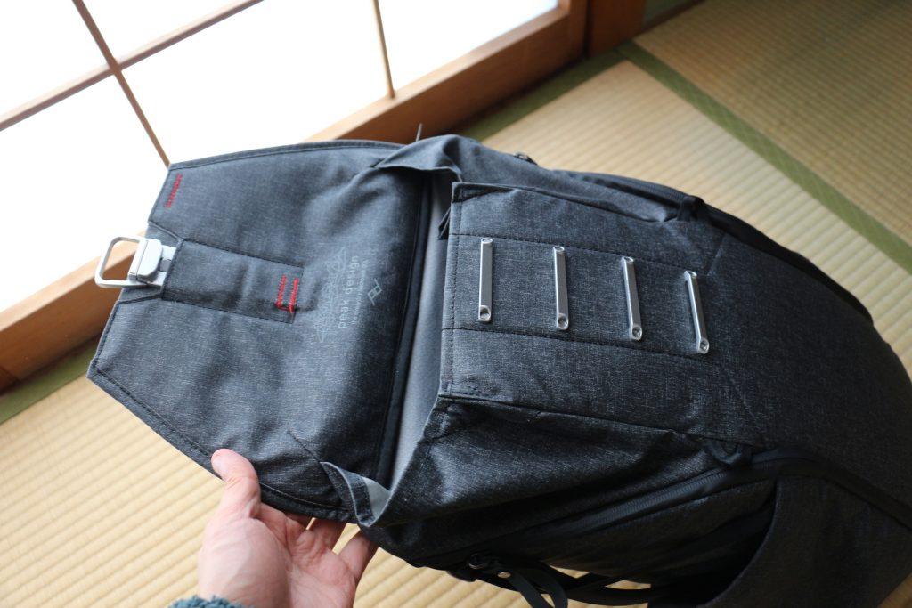 ピークデザイン エブリデイバックパックの上部ポケット マグラッチ