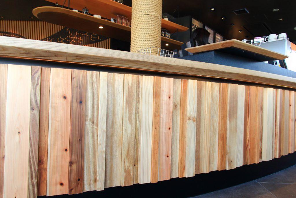 スターバックス神戸メリケンパーク店バーカウンターのフロントパネル