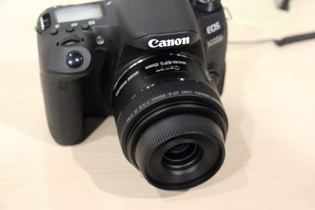 EF-S 35mm F2.8 マクロ IS STM レンズフード装着