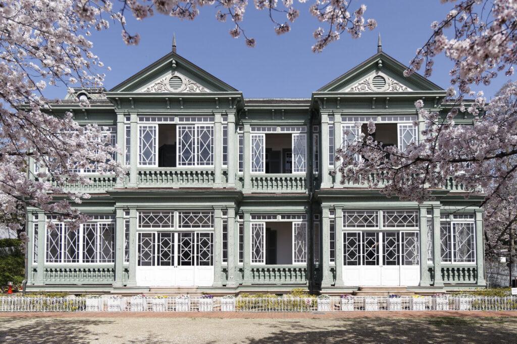旧ハンター住宅と桜