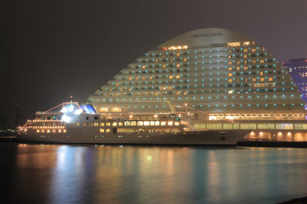メリケンパークオリエンタルホテルと船