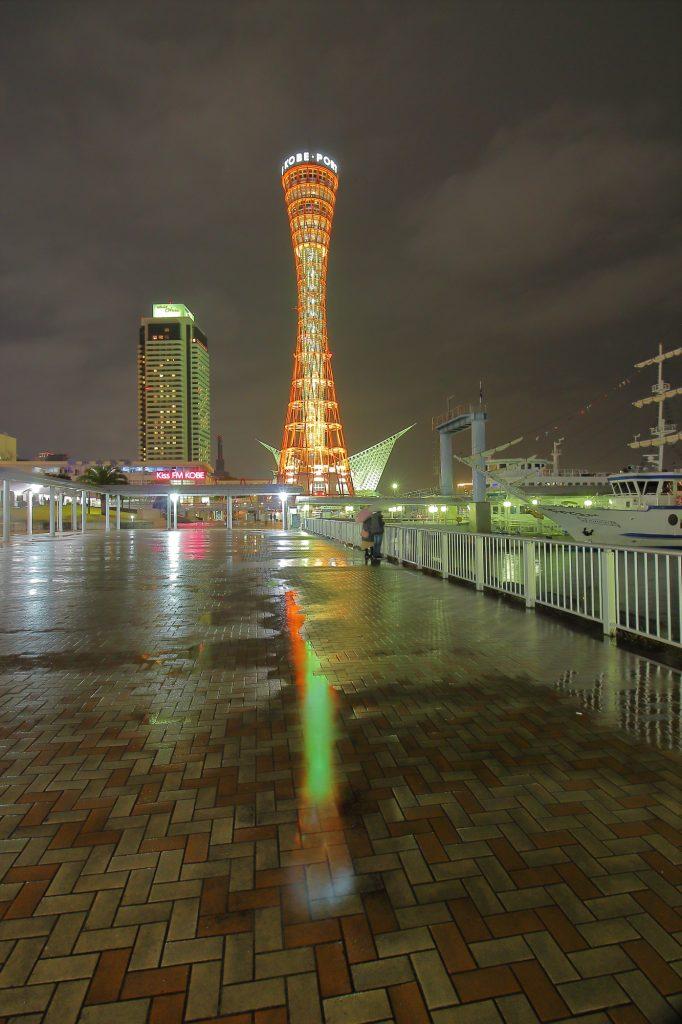 水たまりに映り込むポートタワー 超広角レンズで撮影