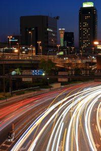 ポートタワーと車のライト