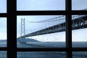 雨の日の明石海峡大橋を窓越しに望む