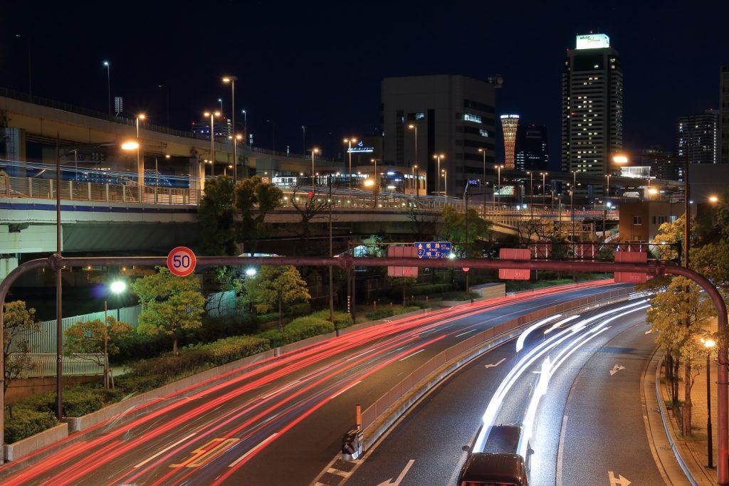 車のテールライトと神戸の夜景