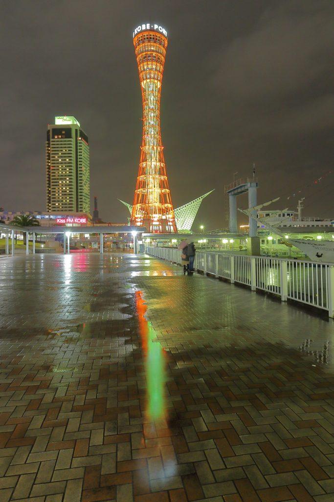 水たまりに映りこむ夜のポートタワー