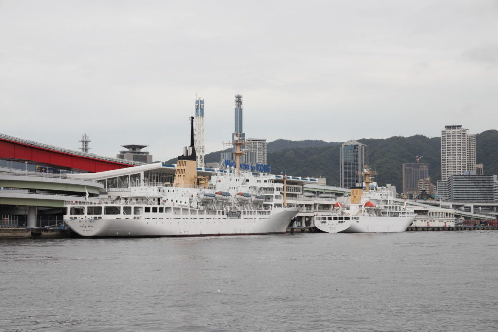 神戸ポートターミナル前の練習船