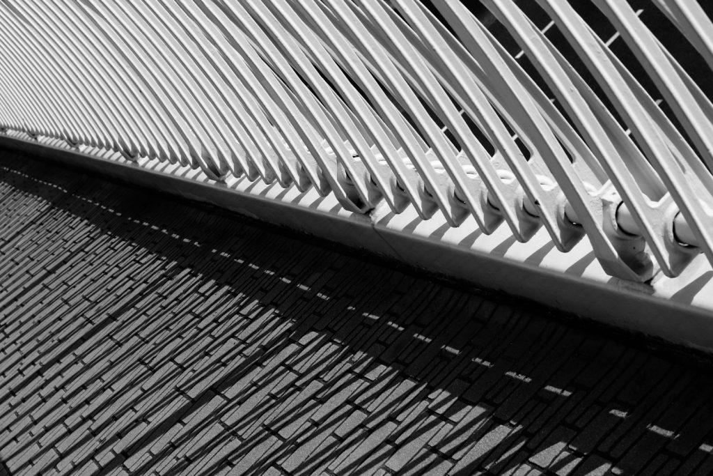 歩道橋モノクロ