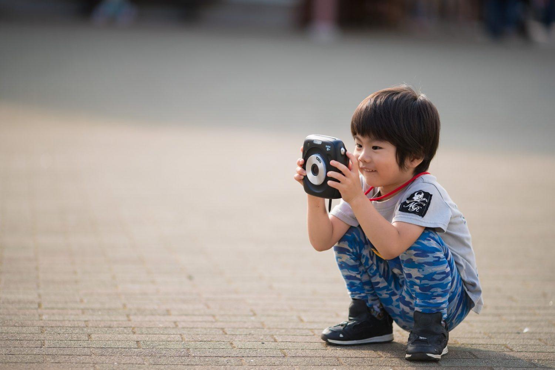 カメラを持つ子ども