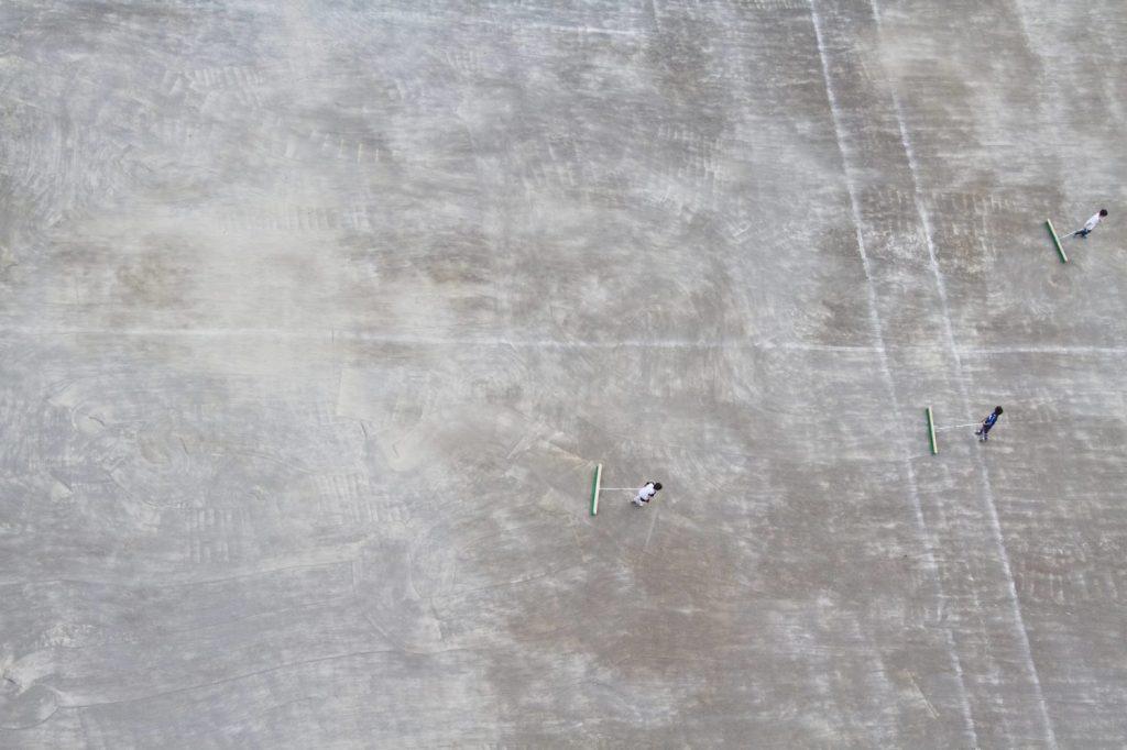 運動場は白い