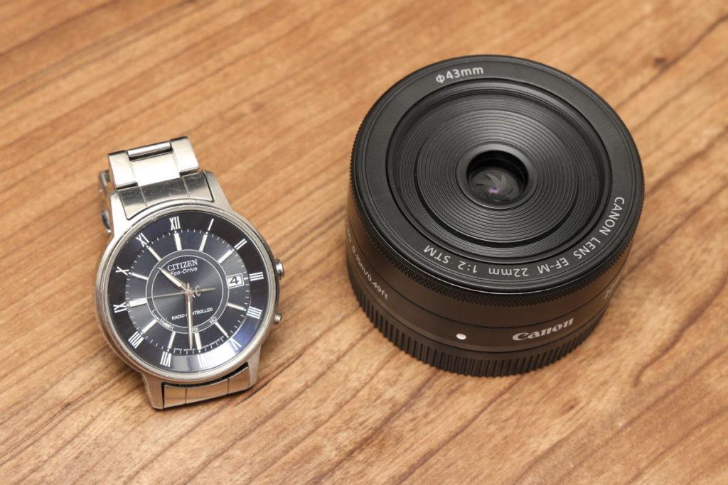 EF-M22mm F2 STMと腕時計のサイズ比較