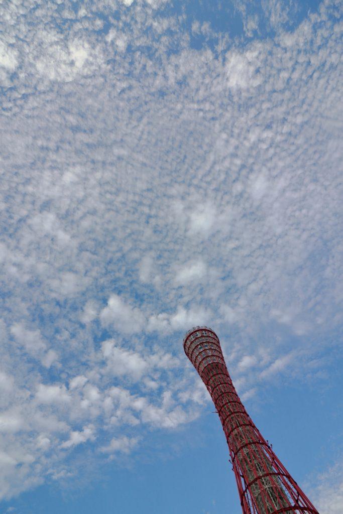 秋空のポートタワー