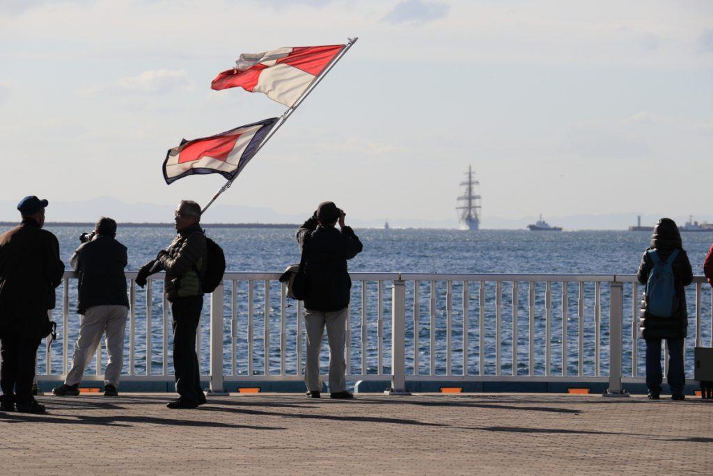 海王丸 神戸に寄港するのを待つ人たち