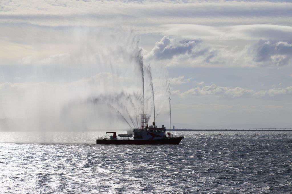 海王丸を歓迎して放水