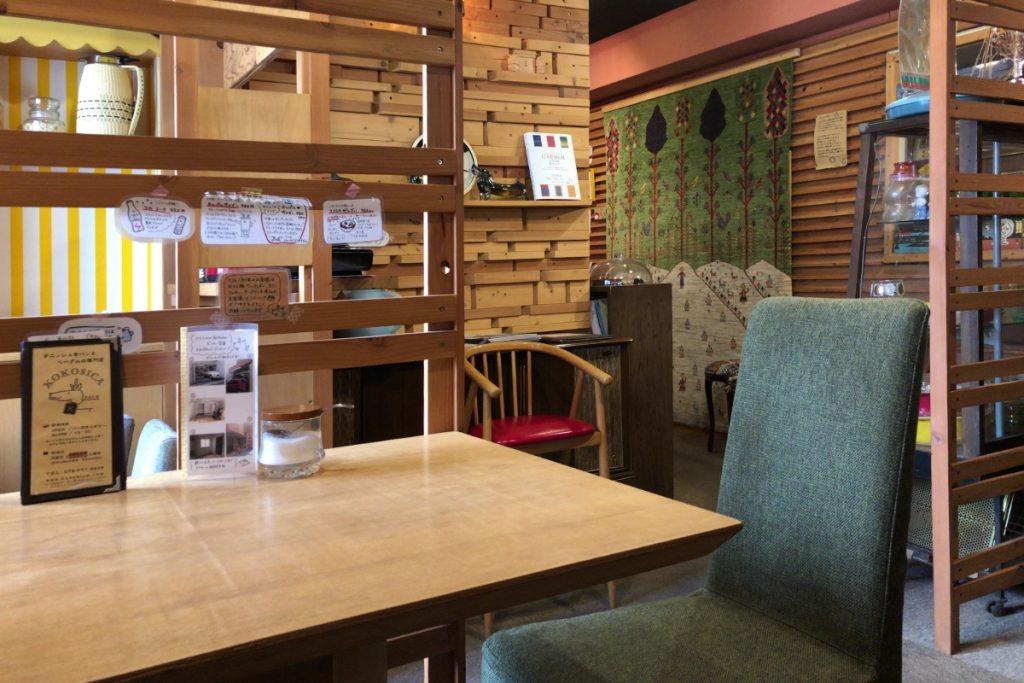 ココシカ 2階のカフェ内観