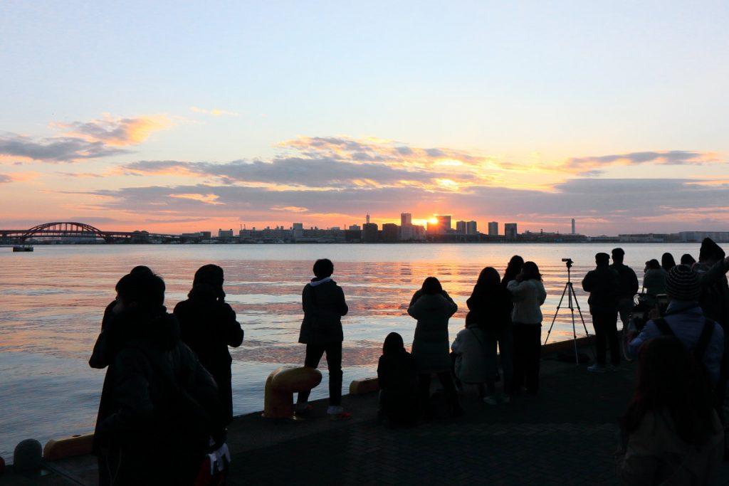 モザイク前で初日の出を見る人たち