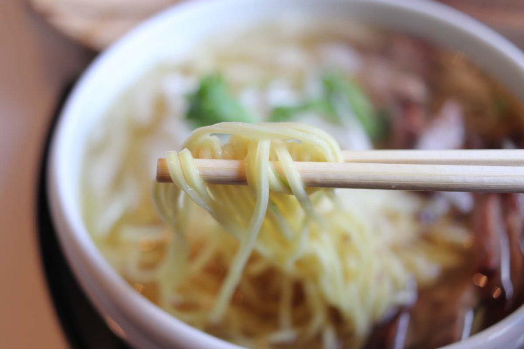 悠悠 ねぎチャーシュー麺 箸アップ