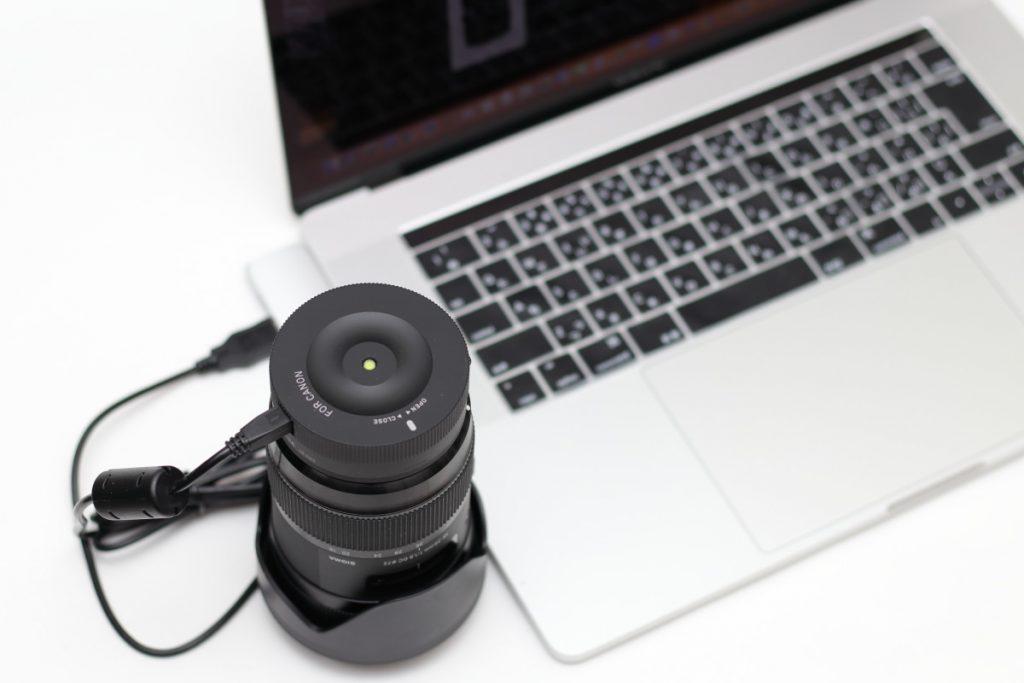 シグマ レンズをUSBケーブルでパソコンと接続