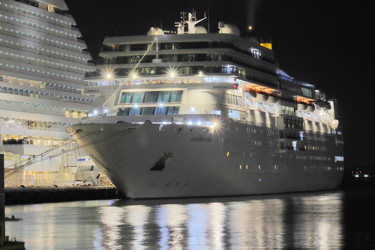 豪華客船 コスタネオロマンチカ 中突堤の夜景