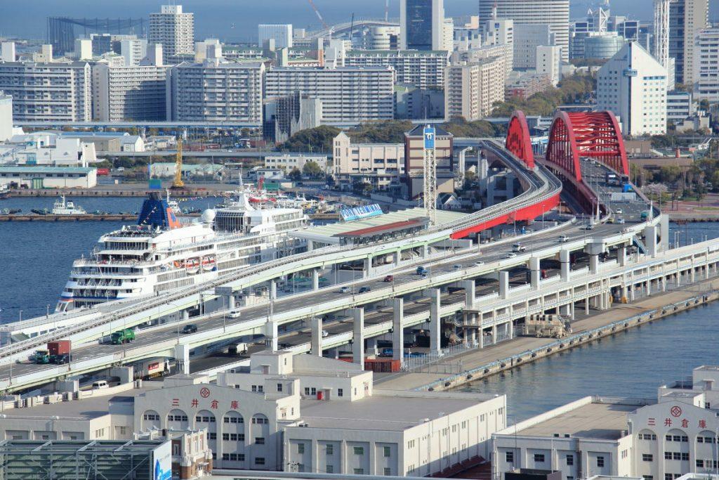 神戸市役所展望室から見た神戸大橋と客船オイローパ
