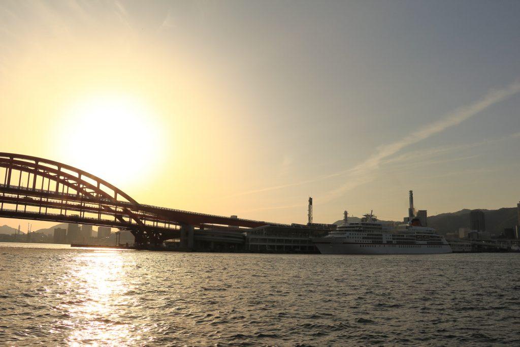 夕暮れの神戸大橋と客船オイローパ