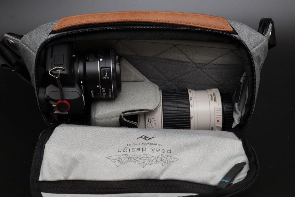 収納例 取り外し可能な仕切りがふたつ エブリデイスリング5L Everyday Sling 5L ピークデザイン PeakDesign 小型カメラバッグ