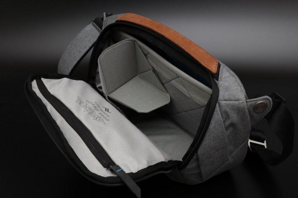 取り外し可能な仕切りがふたつ エブリデイスリング5L Everyday Sling 5L ピークデザイン PeakDesign 小型カメラバッグ