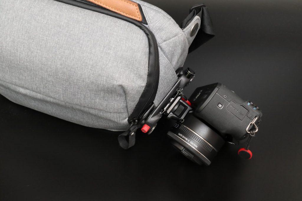 キャプチャーでカメラを取り付け エブリデイスリング5L Everyday Sling 5L ピークデザイン PeakDesign の小型カメラバッグ