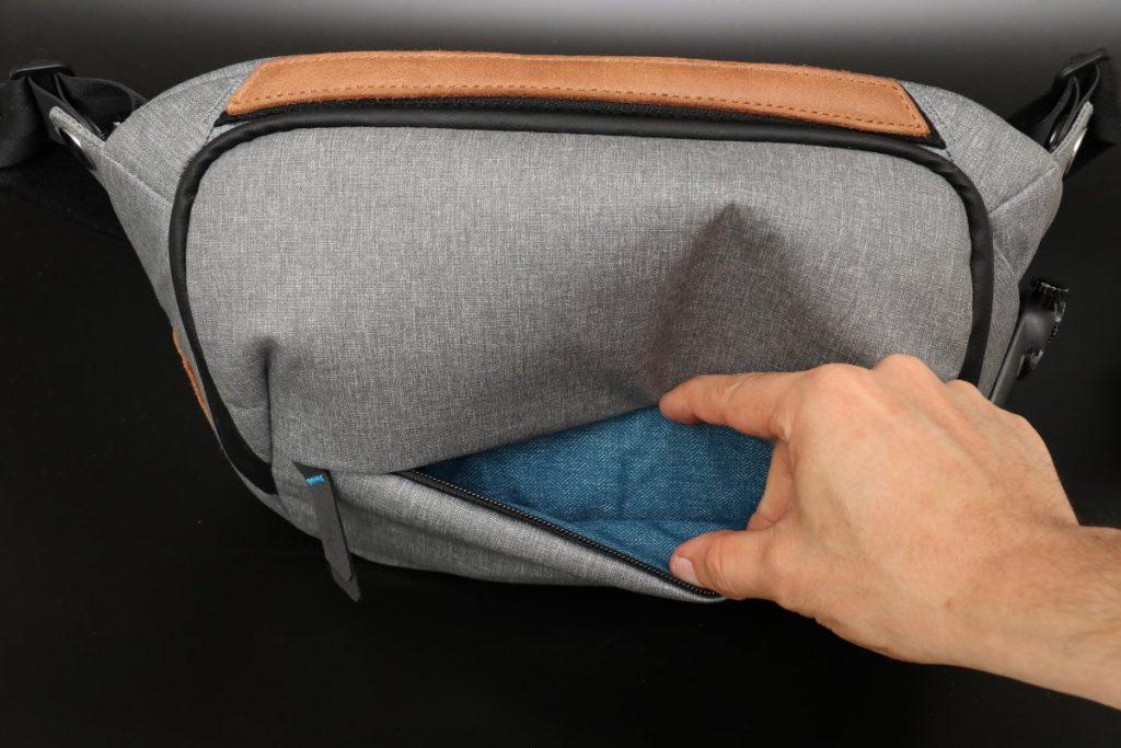 手前のポケット エブリデイスリング5L Everyday Sling 5L ピークデザイン PeakDesign 小型カメラバッグ