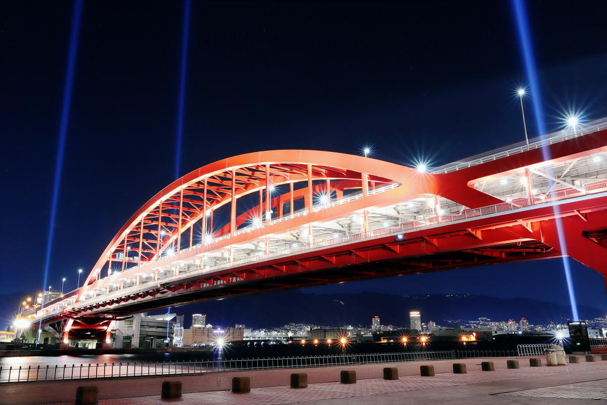 ライトアップされた神戸大橋