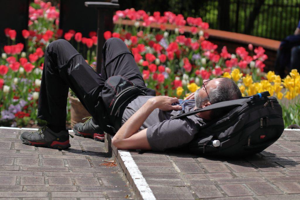 タムロン SP 90mm F2.8 Di MACRO 1:1 VC USD F004E 通称タムキューの作例写真 寝そべる人