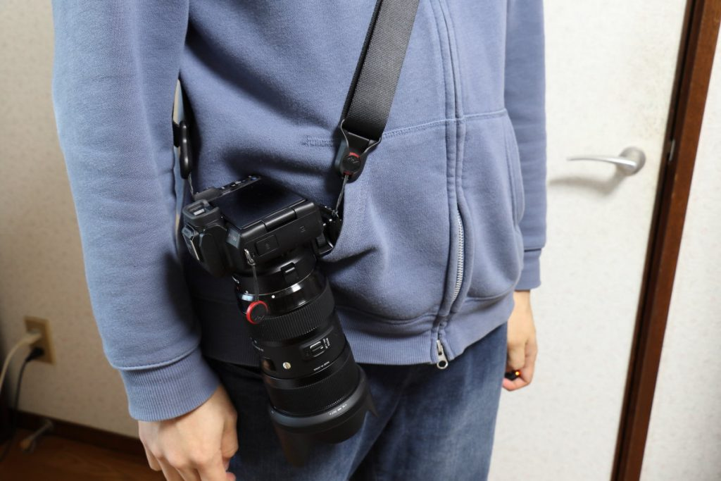 ピークデザインスライドを使ってカメラを肩がけしている状態
