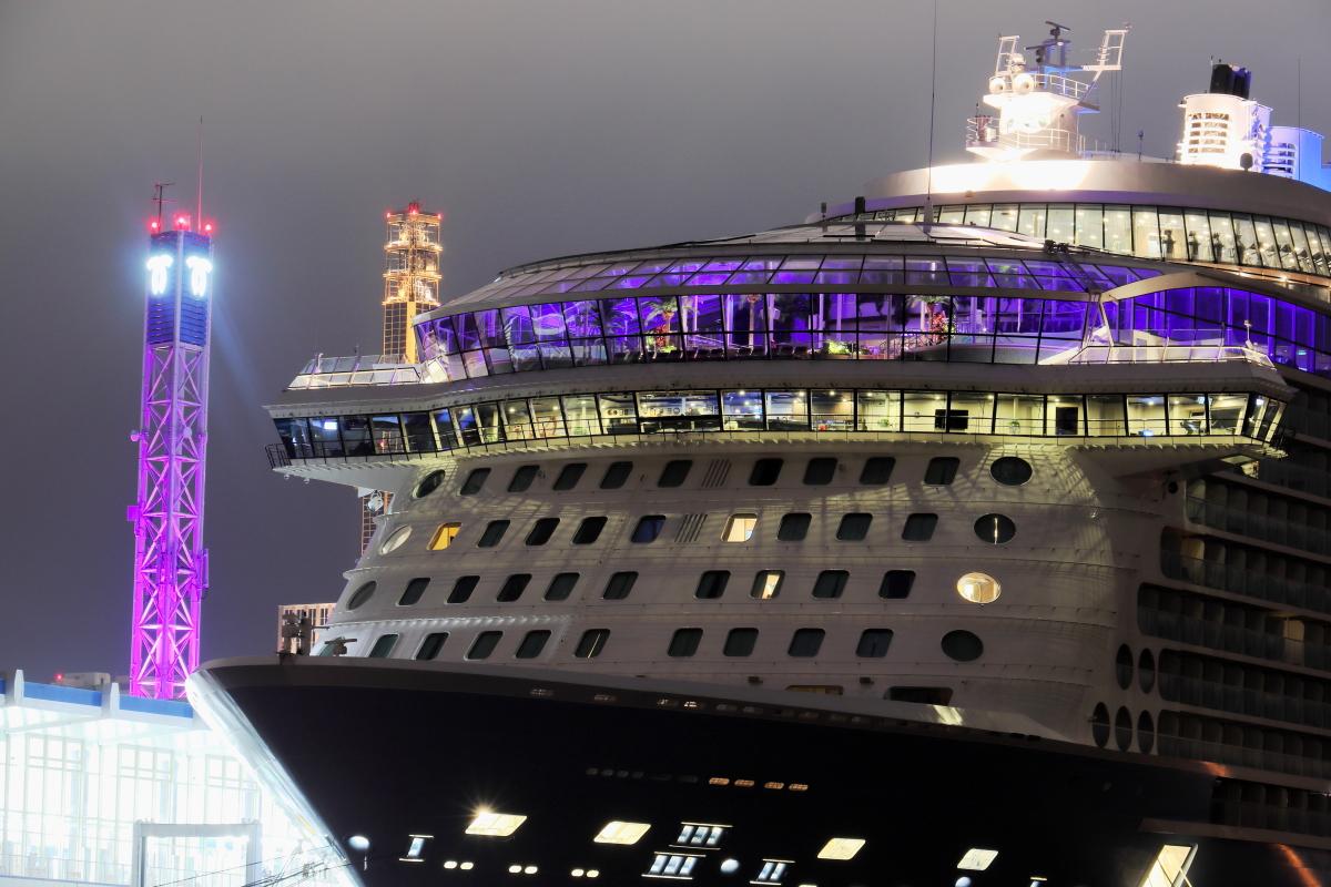 客船クァンタムオブザシーズ QUANTUM OF THE SEAS 神戸停泊 夜景