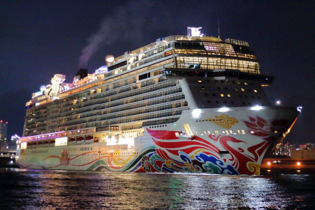 夜に出港する客船を単焦点レンズで撮影