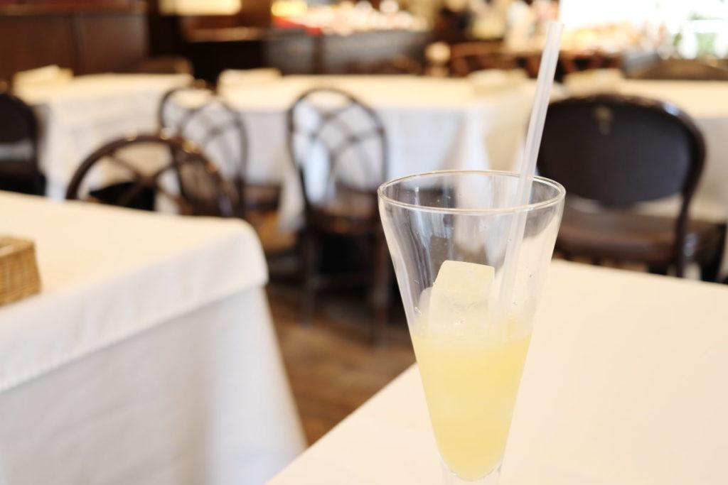①ベニマンの昼食 1650円 食前のフルーツジュース