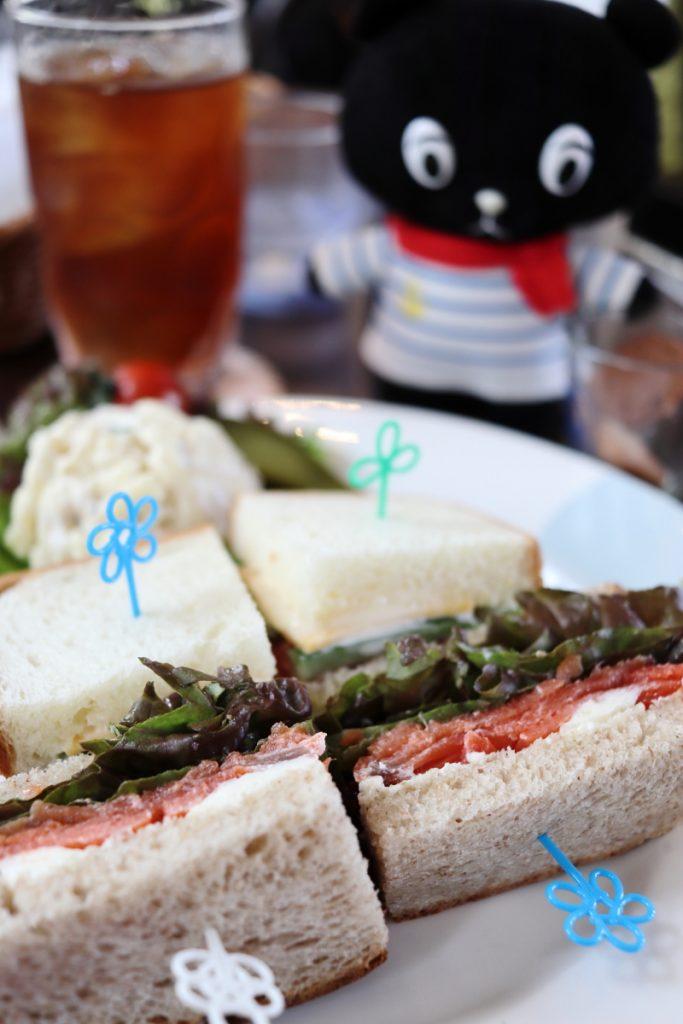 カフェフロインドリーブにてサンドイッチランチを堪能するコーベアー