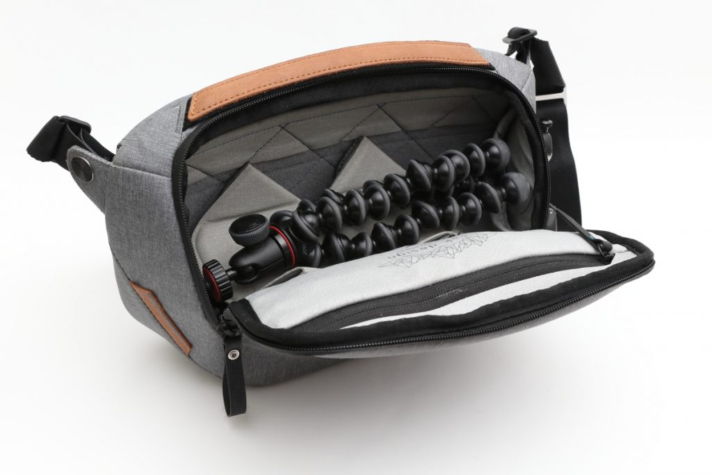 JOBYゴリラポッドをカメラバッグ(ピークデザイン スリング5L)に入れた様子