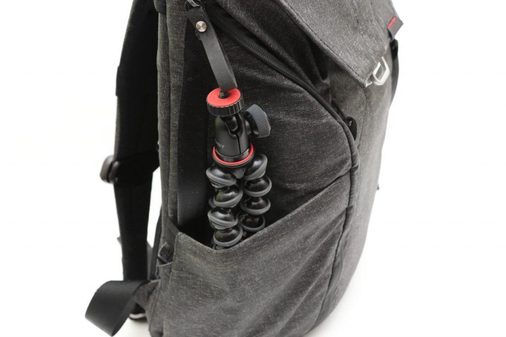JOBYゴリラポッドをカメラバッグ(ピークデザイン バックパック20L)に入れた様子