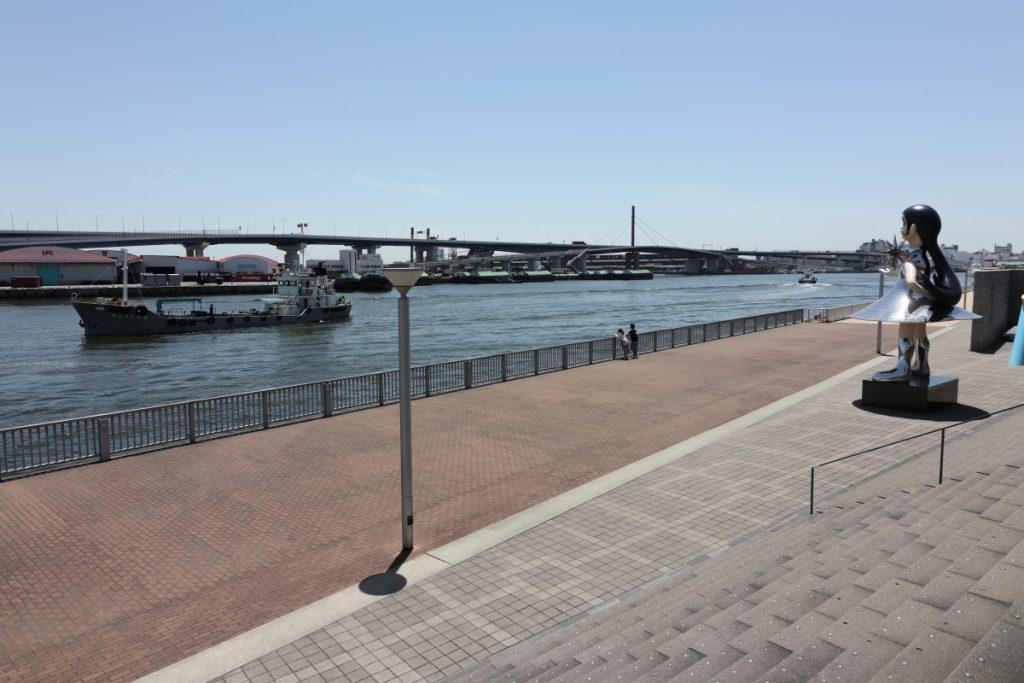 兵庫県立美術館は海に面しています