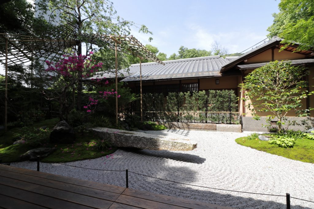 竹中大工道具館の休憩室前にある中庭