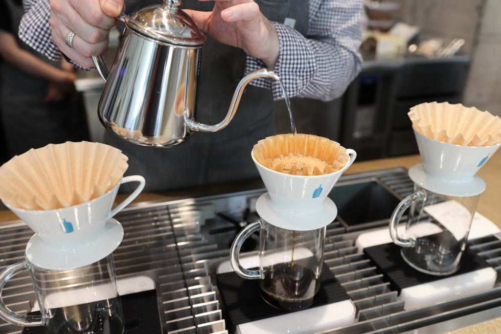 注文を受けてから一杯ずつコーヒーを淹れてくれる ブルーボトルコーヒー 神戸