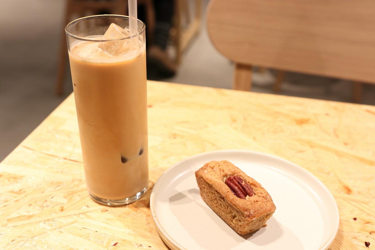 メープルピーカンブロンディとアイスカフェラテ ブルーボトルコーヒー神戸にて